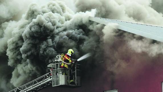 Bei dem Brand am Montag im Industriegebiet in Burgau entstand nach Schätzungen der Polizei ein Sachschaden von 300.000 Euro. Was aber ist die Brandursache?