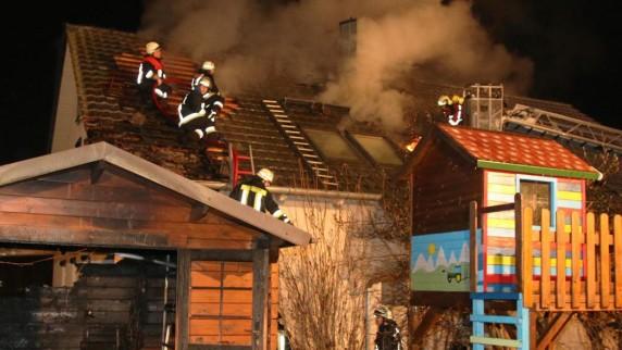 Flammen greifen von Gartenhütte auf Wohnhaus über