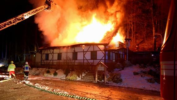 Bis auf die Grundmauern ist eine Waldgaststätte zwischen Burgau und Jettingen niedergebrannt. Eine Ursache für das Feuer kann die Polizei bereits ausschließen.