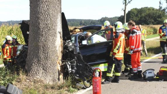 Ein 60-Jähriger ist bei Glöttweng gegen einen Baum geprallt. Die Feuerwehr musste ihn aus seinem Fahrzeug befreien. Schuld war ein Fuchs.