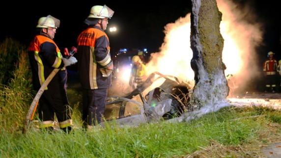 Tragischer Unfall in der Nacht auf Freitag: Auf der B10 zwischen Röfingen und Roßhaupten starben zwei junge Menschen. Sie waren mit ihrem Auto gegen einen Baum gefahren und verbrannten im Wagen.