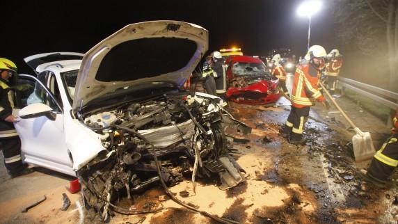 Bei einem Unfall auf der B10 zwischen Burgau und Röfingen (Landkreis Günzburg) sind am späten Mittwochabend vier Männer schwer verletzt worden. Ein 20-Jähriger schwebt in Lebensgefahr.