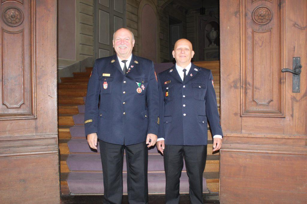1. Kommandant Herr Helmut Motzer freut sich zusammen mit Kreisbrandrat Robert Spiller über die Ehrung