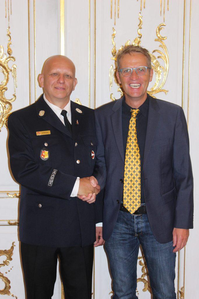 1. Kommandant Herr Helmut Motzer freut sich zusammen mit dem 2. Bürgermeister Ralf König über die Auszeichnung mit dem Steckkreuz